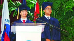 Jóvenes que  fueron investidos durante un acto de graduación.