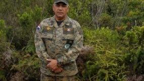 El ministro de Defensa, Paulino Sem, de pie frente a la pirámide 204 que marca la frontera con Haití.  fuente externa
