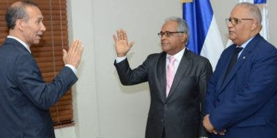 El ministro de Trabajo toma el juramento al ministro de Salud.  fuente externa