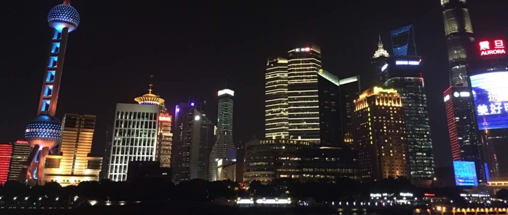 Shanghai se muestra como una de las ciudades más occidentalizadas de China, con numerosos rascacielos y un ordenamiento urbano de primera.
