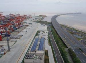 Puerto de Shanghai bordeado por un puente de 33 kilómetros.