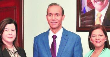Miembros del Consejo Directivo junto al ministro de  Trabajo,   Winston Santos.