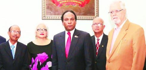 Los miembros de la Academia Dominicana de la  Historia durante la donación de los bustos.