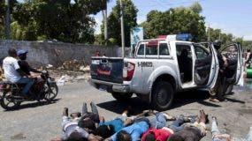 Manifestantes que fueron enfrentados y apresados ayer por la Policía haitiana.  AP