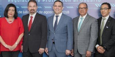 Presidente del Indotel junto a  miembros de las mesas técnicas de trabajo.  fuente externa.