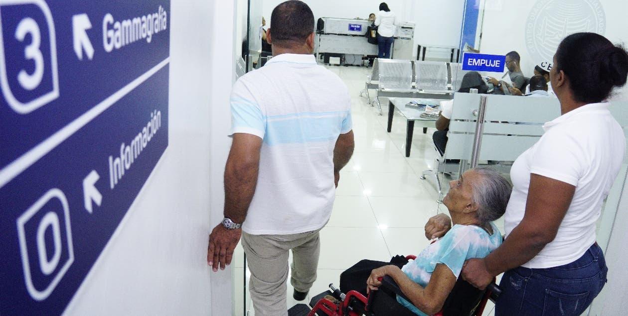 Pacientes tienen que pagar más por procedimientos    no cubiertos por ARS .  ARCHIVO