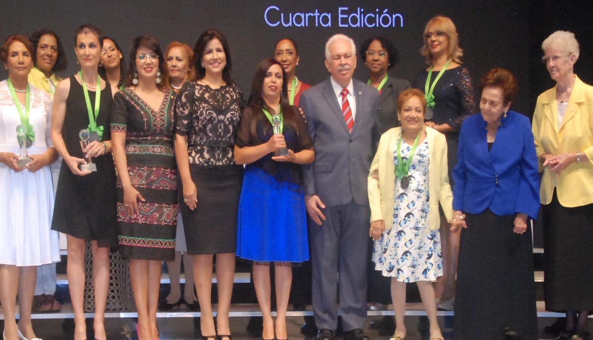 Las finalistas del concurso junto a  la vicepresidenta Margarita Cedeño de Fernández  y ejecutivos del BHD Leon.