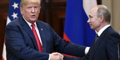 Los presidentes Donald Trump y Vladimir Putin se reunieron en una cumbre histórica.  AP
