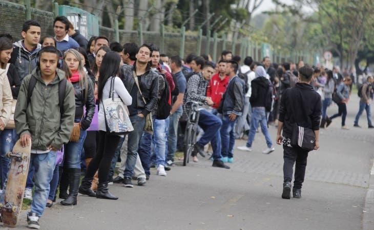 La encuesta encontró a jóvenes ansiosos de votar por alguien que comparta sus puntos de vista sobre temas como la atención médica y la política de inmigración.
