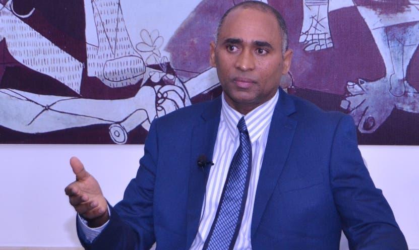 Julio Fulcar, presidente entidad, ofrece detalles de estudio.