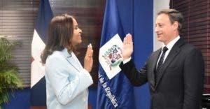 El procurador Jean Rodríguez en momentos en que juramenta a la nueva fiscal titular de Valverde, Aura Luz García.