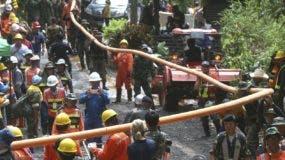 El equipo de rescate y  buzos internacionales que trajeron a  superficie a los primeros   niños.
