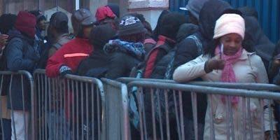 Cientos de haitianos esperan formalizar su estatus.  AP