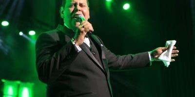 Fernando Villalona conectó con sus seguidores durante un recital extenso.