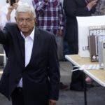 El candidato presidencial Andrés Manuel López Obrador mientras hacía el deposito de su voto en las elecciones de ayer.  AP