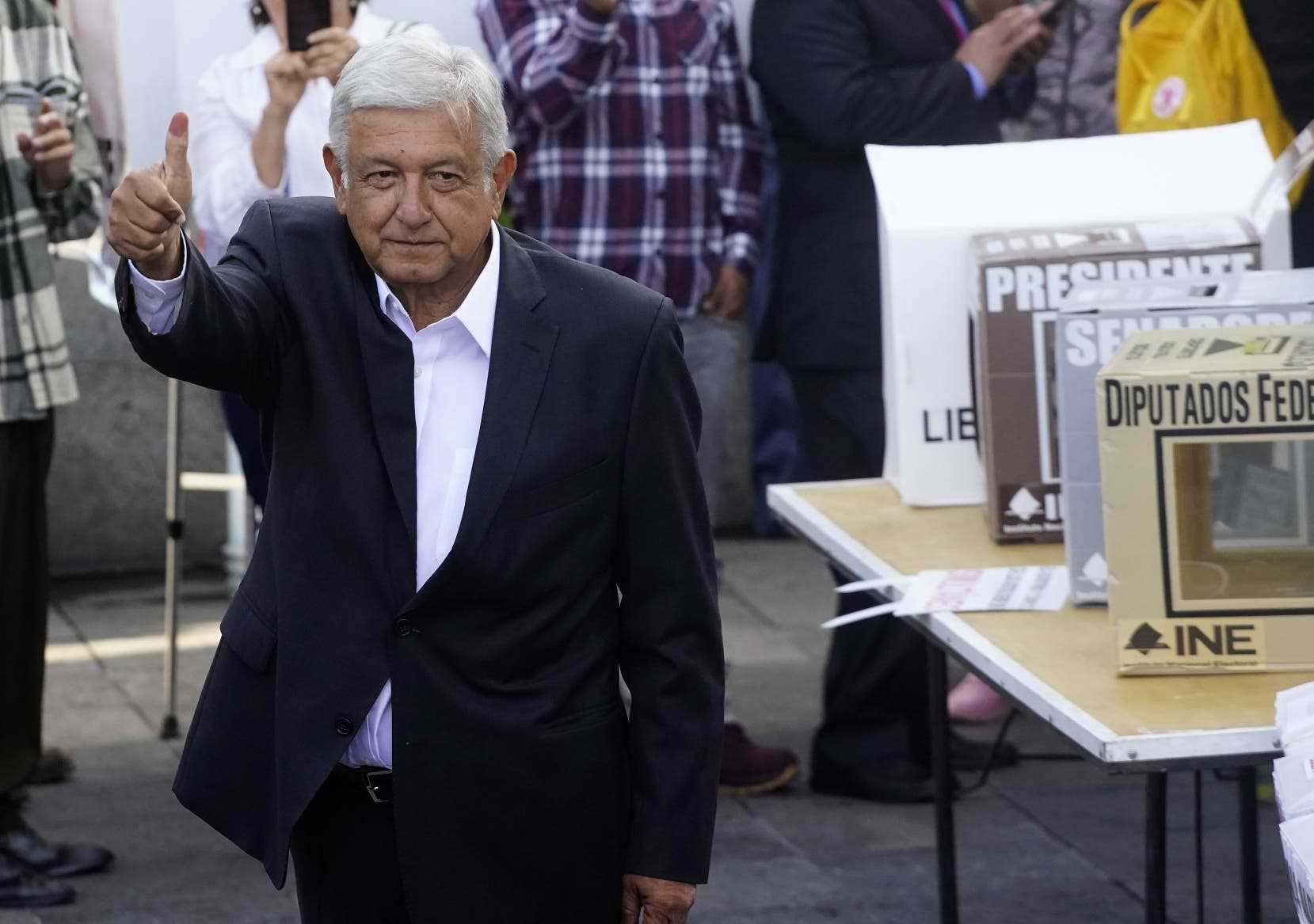 Andrés Manuel López Obrador mientras hacía el deposito de su voto en las elecciones. Foto de archivo.  AP