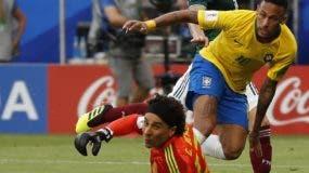 Neymar habilita un pase de centro a su compañero  Roberto Firmino,   autor del segundo gol de Brasil  contra México   AP