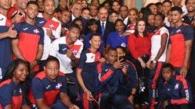 El presidente Danilo Medina junto a los atletas, luego de entregar la bandera nacional a la delegación.  alberto Calvo. ALBERTO CALVO