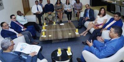 En el encuentro José P. Monegro explica particularidades del nuevo formato a columnistas fijos que  colaboran cada semana en la edición impresa.  Eliezer Tapía