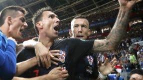 Mario Mandzukic anota el segundo gol,  que resultó decisivo  para la victoria de Croacia sobre Inglaterra ayer en Rusia.  AP