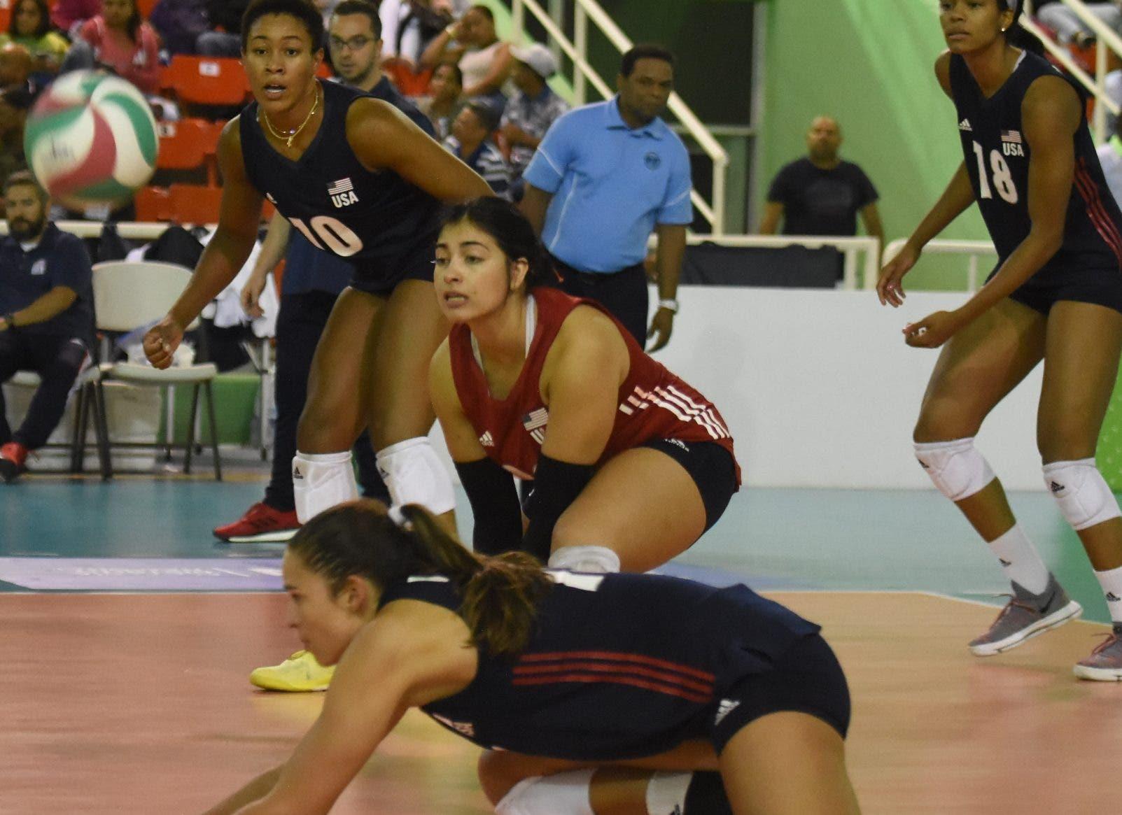 Acción del partido  entre los equipos de Estados Unidos    y Puerto Ric0 en el Panam de voleibol femenino.  Alberto calvo