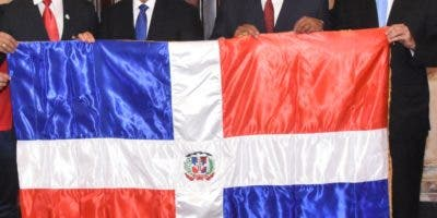 El presidente Danilo Medina entrega la bandera nacional a la delegación.  Alberto Calvo. Alberto Calvo