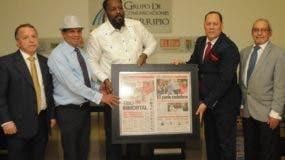 Vladimir Guerrero recibe un cuadro entregado por Franklin Mirabal, Leo Corporán, Nelson  Marrero y Juan Carlos Camino  en  su visita  a  los medios Corripio.  nicolás monegro