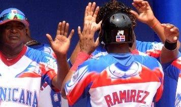 Jugadores dominicanos celebran en el partido.