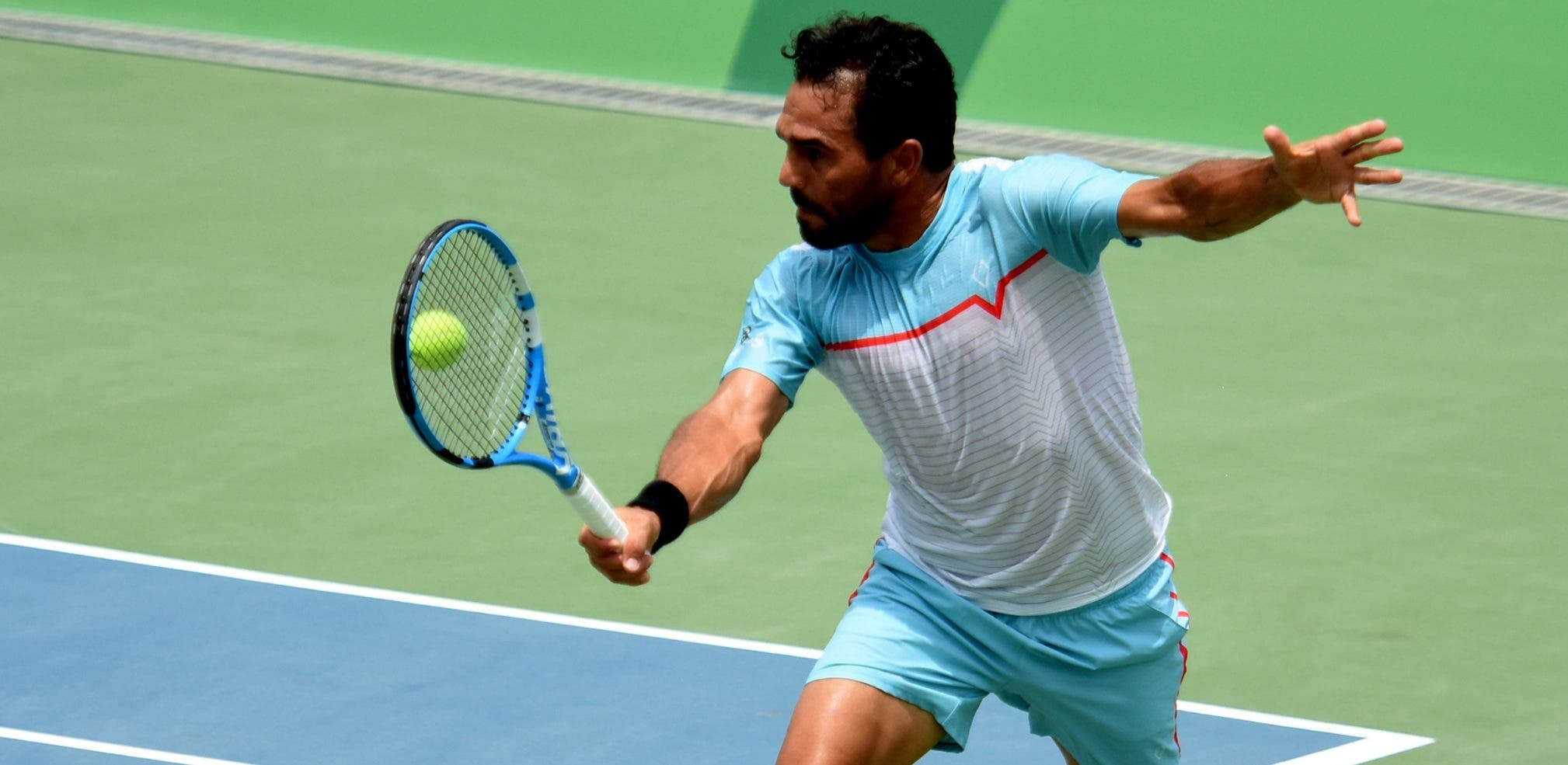 Víctor Estrella,   triple monarca centroamericano de tenis de campo, ejecuta una devolución en el choque ante su compatriota Roberto Cid. Alberto calvo