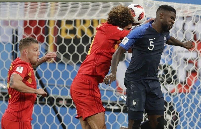 Samuel Umtiti remata de cabeza para dar triunfo a Francia.  AP