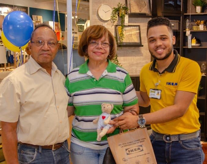 La primera clienta de la multinacional a su llegada al nuevo punto IKEA Santiago.