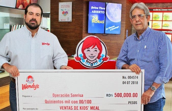 Fernando Rainieri entrega a Paúl Martínez el donativo de la Fundación Operación Sonrisa.