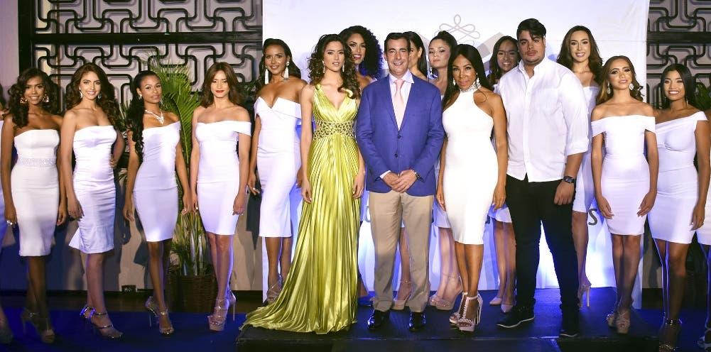 Carmen Muñoz, Domingo Bermúdez, Magali Febles y Bray Vargas junto a las candidatas del Miss República Dominicana Universo 2018.