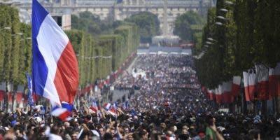 Miles de aficionados franceses ovacionan en las calles a los integrantes del equipo ganador del Mundial de Fútbol Rusia 2018.