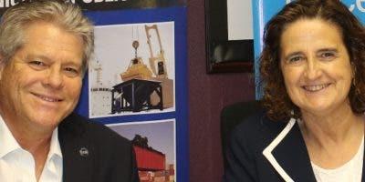 Gustavo J. Tavares Kelner y Rosa Elcarte,    firman el acuerdo.