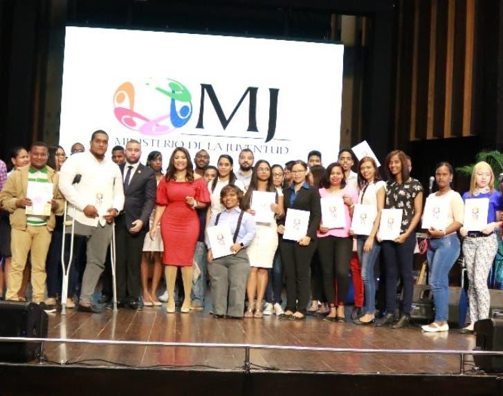 Ministra de la Juventud entrega beca a 1,162  jóvenes de programa