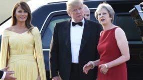 El presidente Donald Trump conversa con la primera ministra Theresa May de Inglaterra.