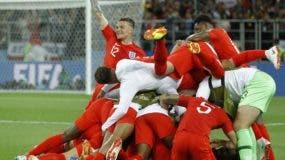 Jugadores del equipo inglés celebran  la victoria de ayer en tanda de penales sobre Colombia y su avance a cuartos de final en el  Mundial de Rusia 2018 .  AP