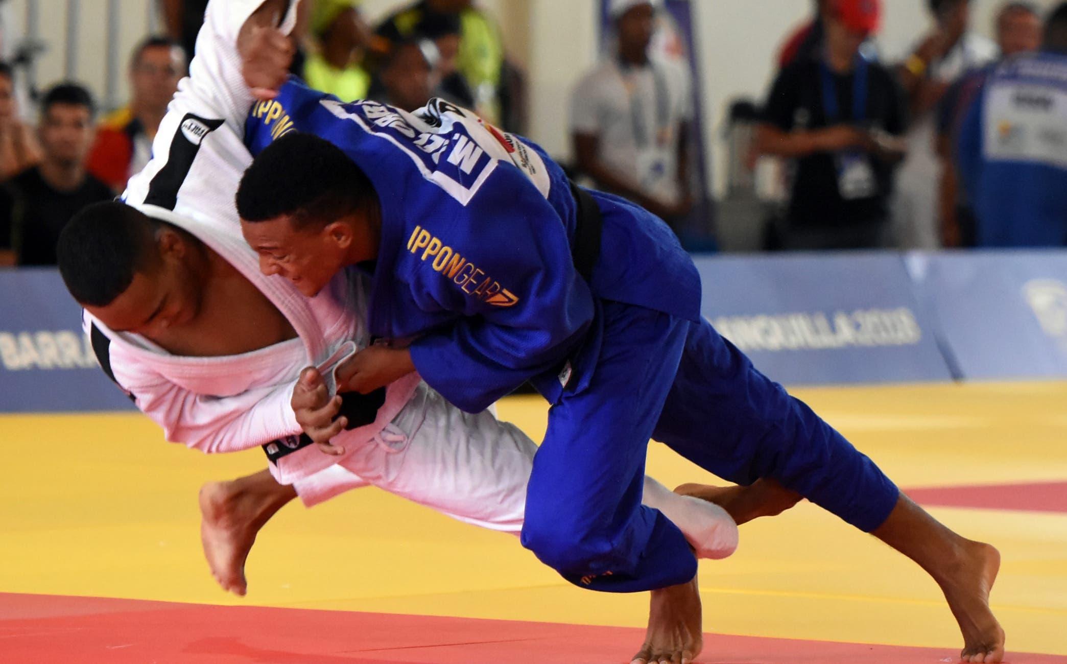 El dominicano Medrickson del Orbe le aplica el ippon al boricua Adrián Gandia, en su pelea de ayer en los 81 kilos.   Alberto Calvo
