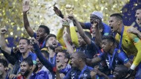 Jugadores de la selección francesa  celebran jubilosos  la victoria sobre Croacia ayer   en Moscú y su segunda coronación en una copa mundial luego de una sequía de 20 años.  AP
