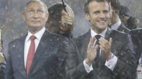 Vladimir Ptin (Rusia)   junto a Emmanuel Macron (Francia) .      aP