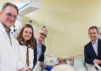 Especialistas junto al niño que recibió el trasplante.