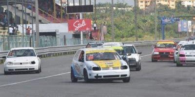 El auto de Pavel  Peláez y Lenin Hernández lidera pelotón en pasada carrera.  fuente externa