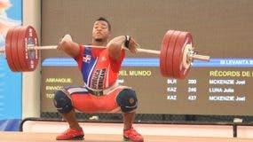 Juan Luis Campos, ganador de medalla de bronce en pesas, realiza un movimiento en la competencia.  Alberto calvo