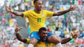 Neymar es cargado por su compañero Paulinho  durante una victoria de Brasil.  AP
