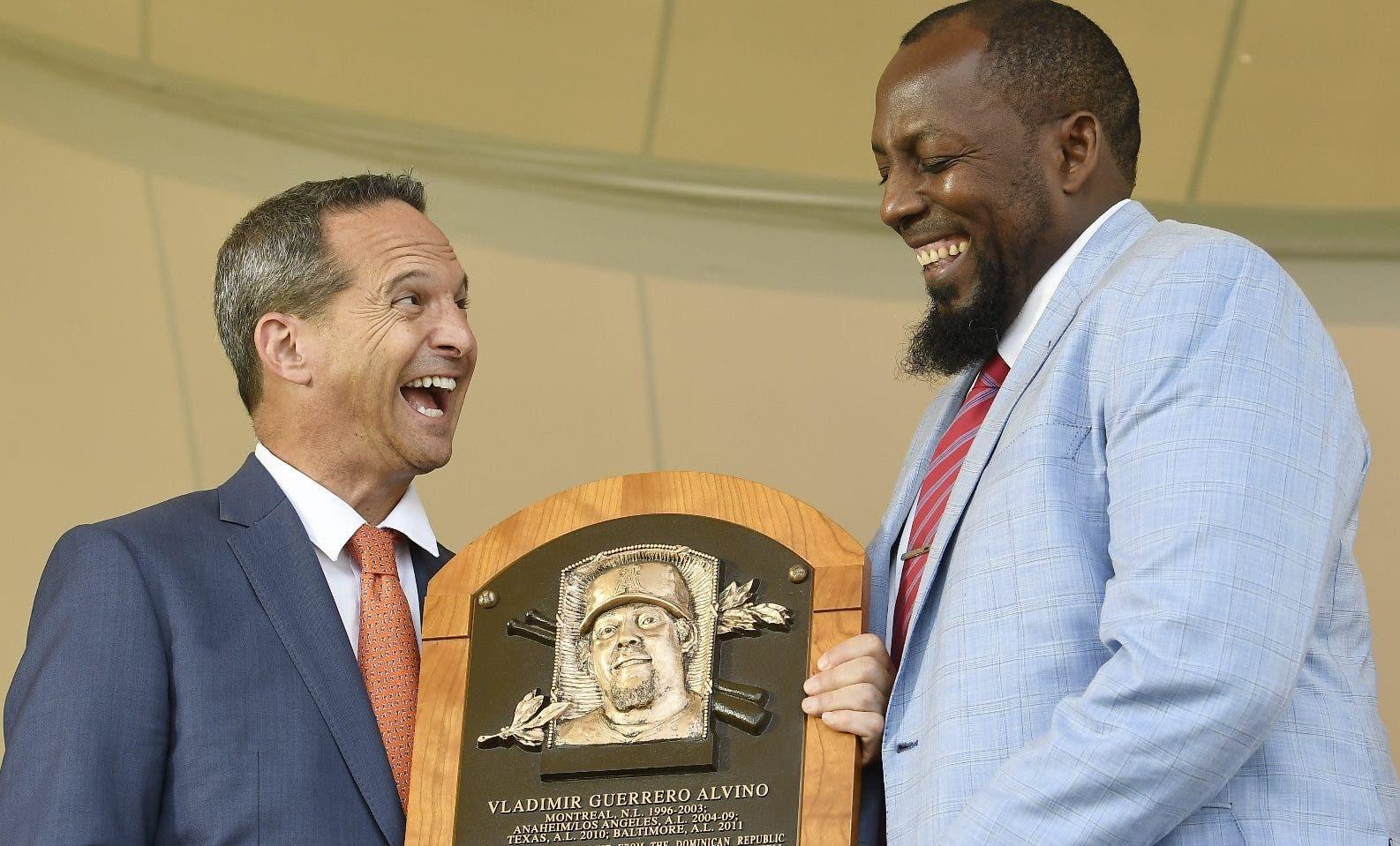 El dominicano Vladimir Guerrero sonríe al recibir la placa de inmortal del presidente del Salón de la Fama Jeff Idelson.  ap
