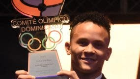 El gimnasta Audrys Nin Reyes muestra el trofeo de Atleta del año Alberto Calvo.