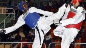 Luisito Pie, izquierda, en una de sus grandes peleas internacionales.  Fuente externa