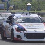 El Subaru BRZ, de Kenny Guilbe, encabeza el pelotón.