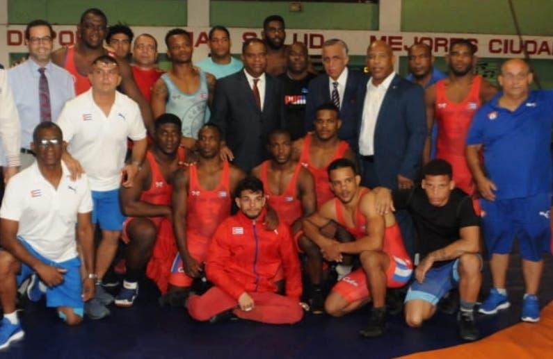 Las autoridades deportivas reciben a los luchadores.